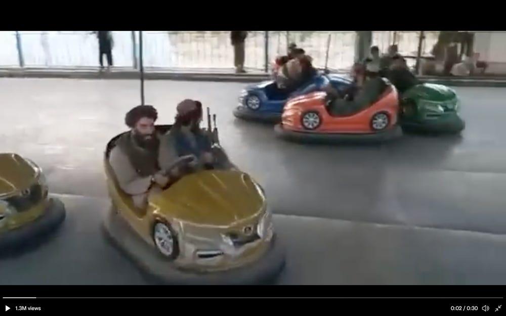 Imagini ireale. Talibanii teroriști se joacă în mașinuțe și sar pe trambuline. VIDEO