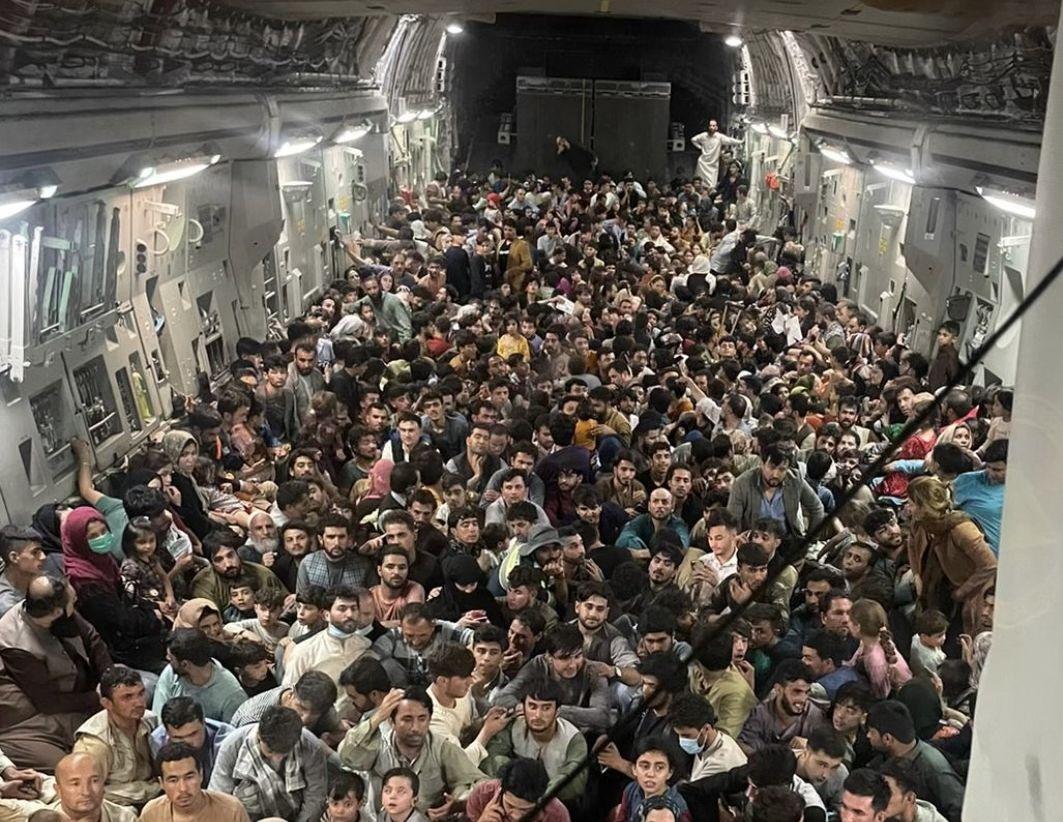 Imagine tulburătoare cu sute de refugiați afgani, înghesuiți pe podeaua unui cargo militar. Decizia echipajului