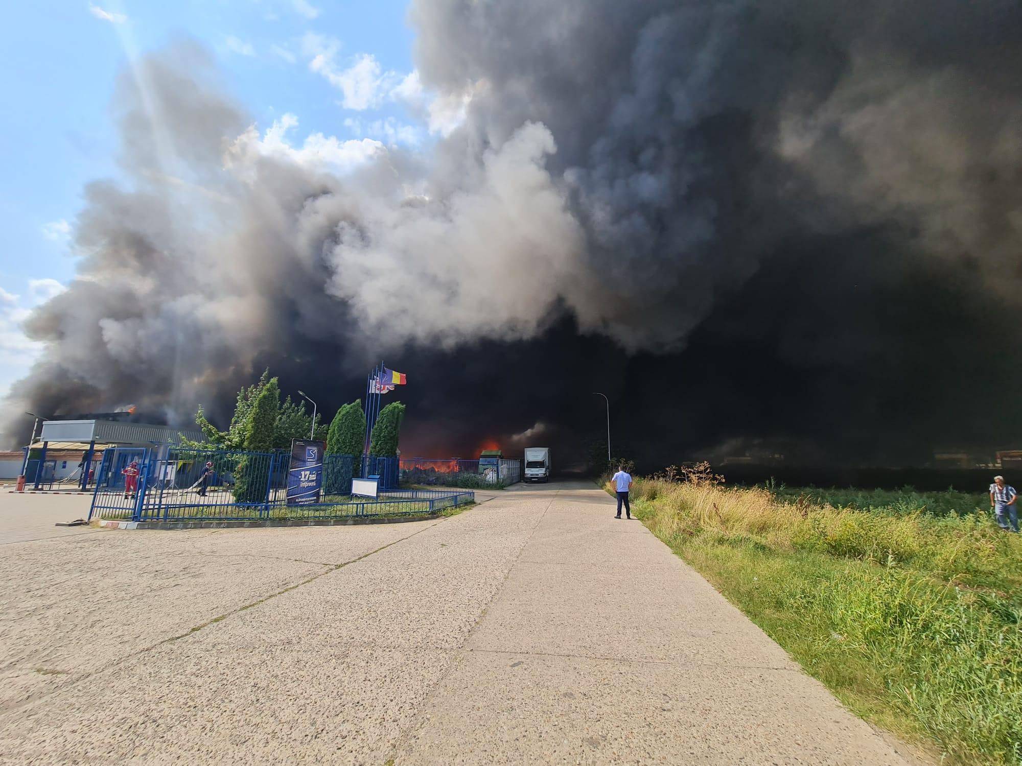 Incendiu puternic în Alba Iulia, la un depozit. A fost emis un mesaj de Ro-Alert