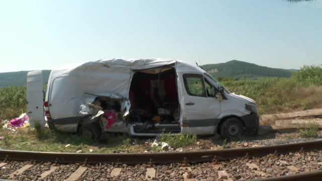 O femeie care se afla în microbuzul lovit de tren în județul Cluj a murit. Fetița ei este în stare gravă