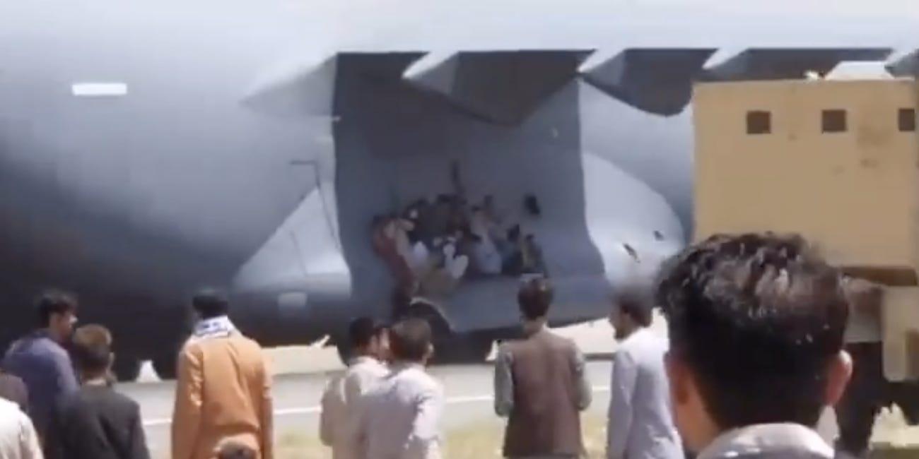O persoană s-a agățat de roata unui avion care decola, la Kabul. Rămășițe umane au fost găsite în trenul de aterizare