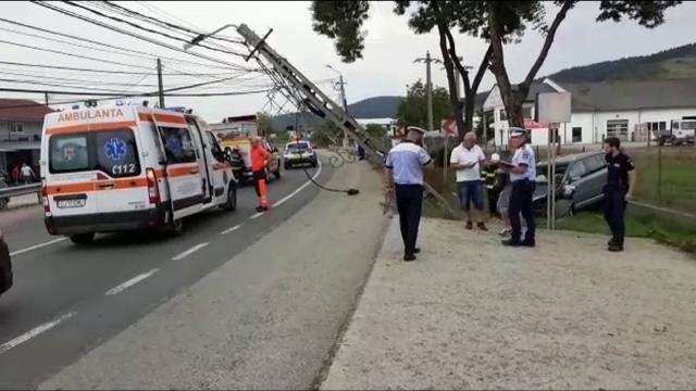 Doi copii au ajuns la spital, după ce mașina în care se aflau a intrat într-un stâlp. La volan se afla tatăl lor
