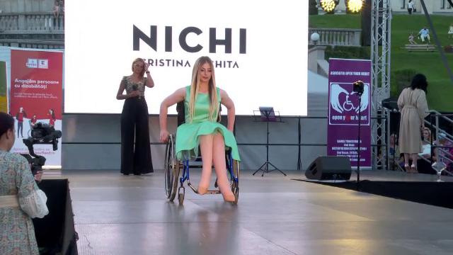 Prezentare de modă emoționantă. 12 tinere, victime ale accidentelor rutiere, au defilat la Iași