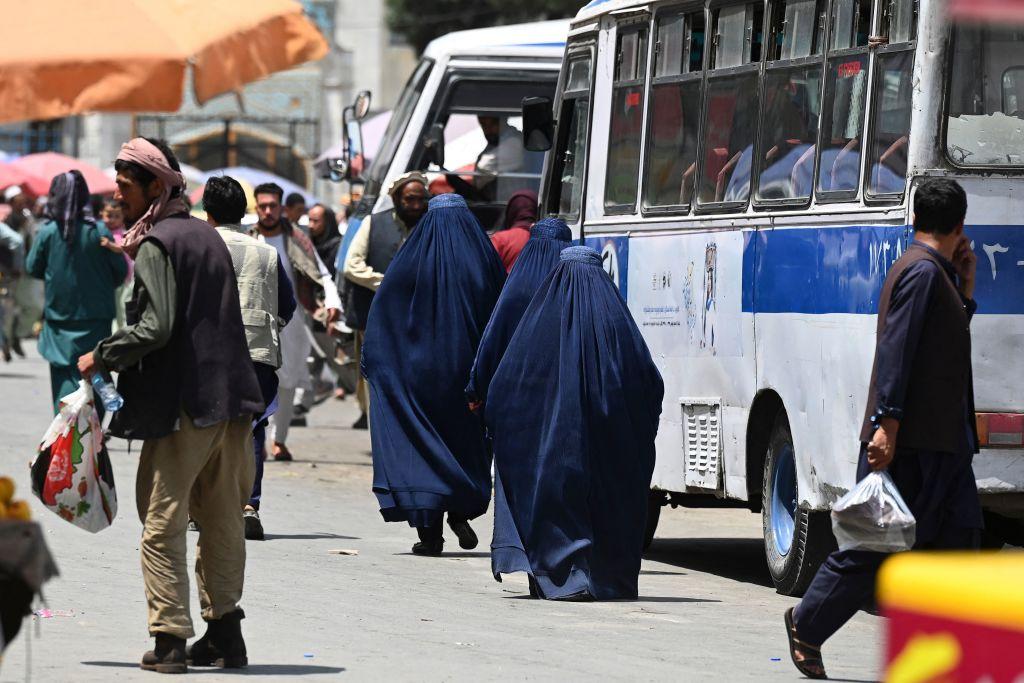 Omorâte cu pietre sau biciuite în public. Cele 29 de reguli care le îngrozesc pe femei sub conducerea talibanilor