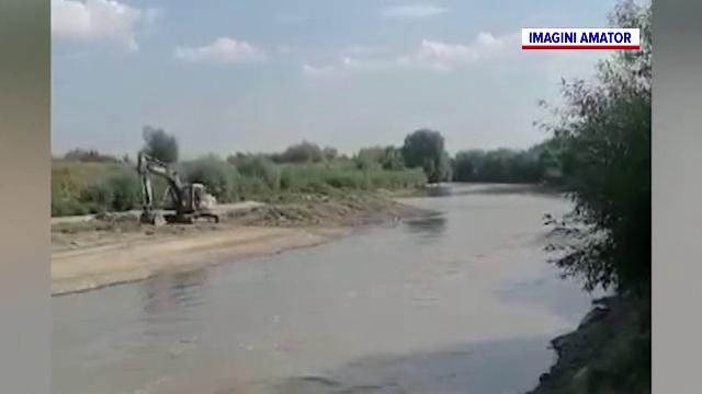 Dezastru ecologic pe Olt. Câțiva pescari au filmat o grămadă de balast în albia râului