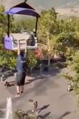 Un bărbat a fost filmat când a căzut din telescaun de la 15 metri într-un parc de distracții