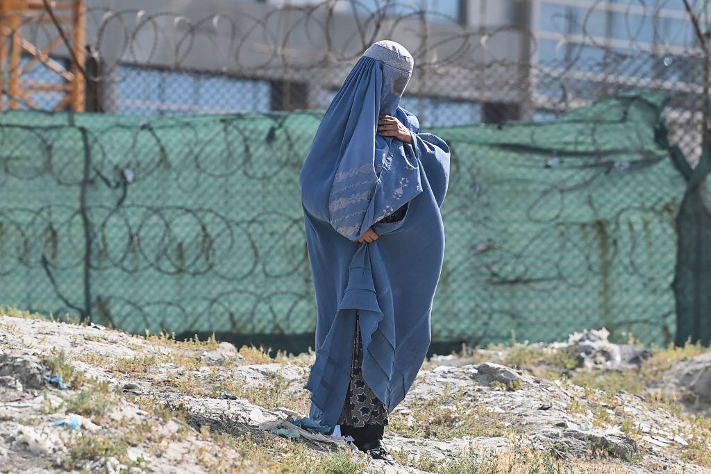 O femeie afgană a fost executată de talibani pentru că nu purta burqa