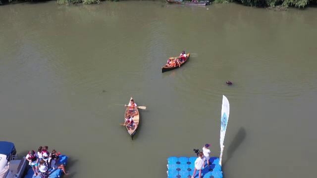 Câțiva copii au învățat cum să prelucreze lemnul, apoi au construit o barcă în Delta Dunării