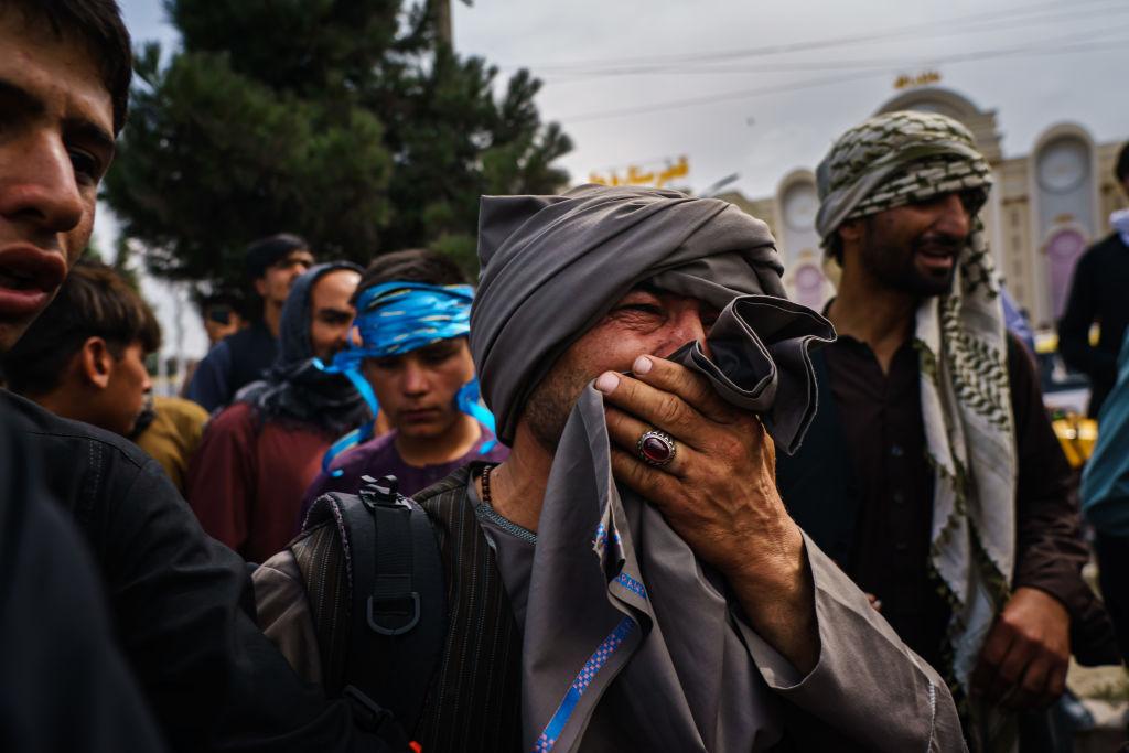 Haosul continuă la aeroportul din Kabul. Talibanii folosesc bâte și nuiele ca să împiedice localnicii să treacă la americani
