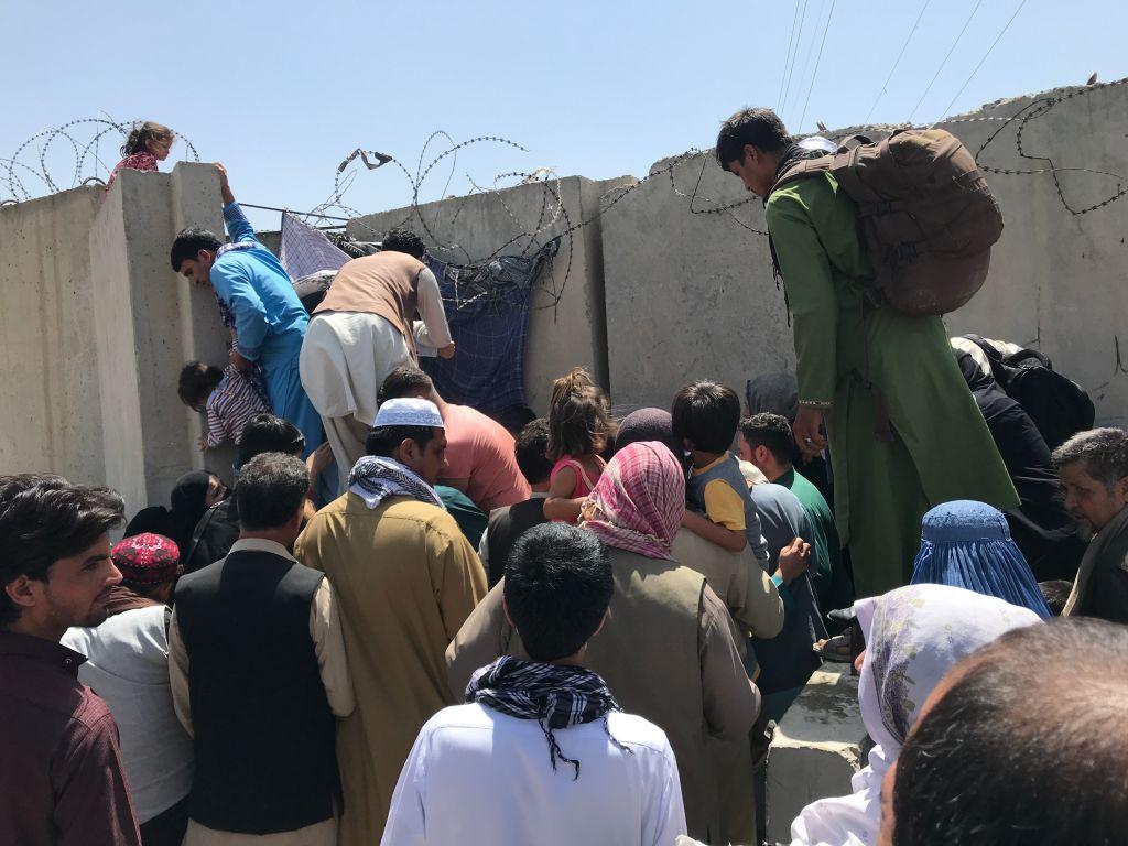 Tensiuni și haos la Kabul. Oameni bătuți cu biciul de talibani încearcă să pătrundă în aeroport