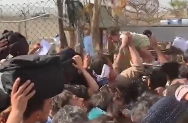 VIDEO. Femeile își aruncă bebelușii peste gardul de sârmă ghimpată al aeroportului din Kabul.