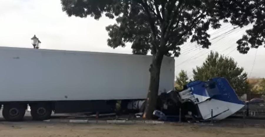 Un TIR era să cadă în Dâmbovița, în Capitală, după ce șoferul a pierdut controlul volanului și s-a oprit într-un copac. VIDEO