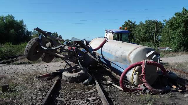 """Un tractor a fost lovit de un tren, la intrarea în Timișoara. """"Am auzit o bubuitură"""""""