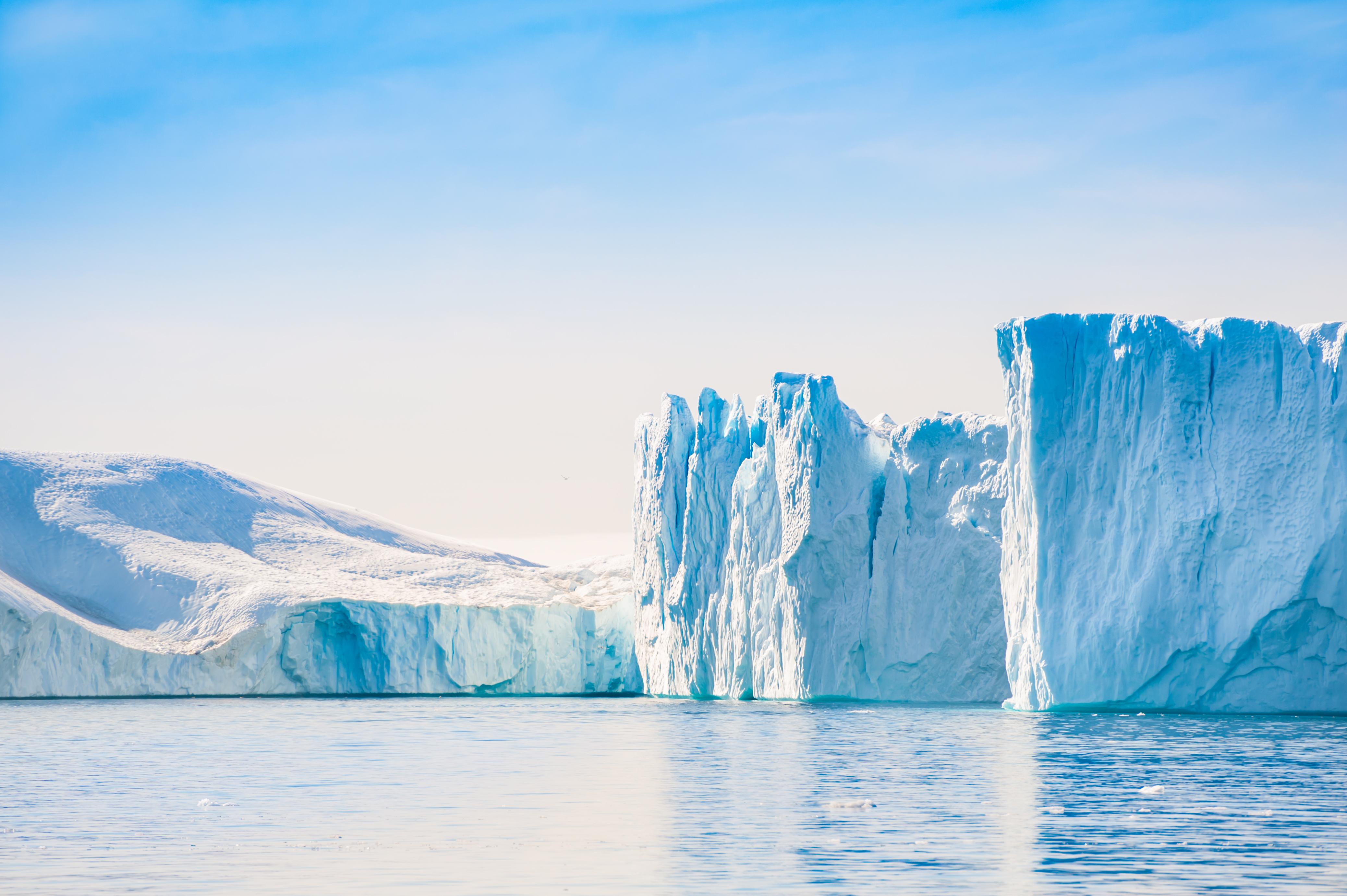 Groenlanda se încălzeşte rapid: A plouat pentru prima dată în istorie pe vârfurile ghețarilor