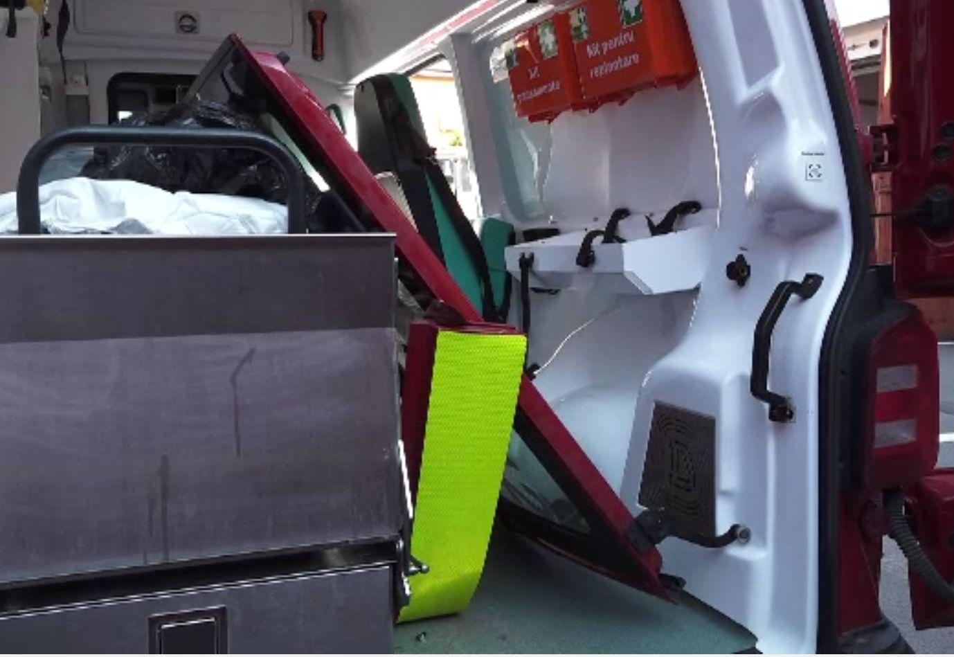 Paramedic atacat de soțul femeii pe care o pansa, la Târgu Mureș. Individul băut a smuls ușa ambulanței