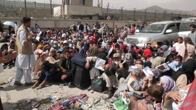 Disperarea de pe aeroportul afgan: Încerc să intru. Am fost la americani, m-au lovit. M-am dus la germani, m-au bătut cu bâta