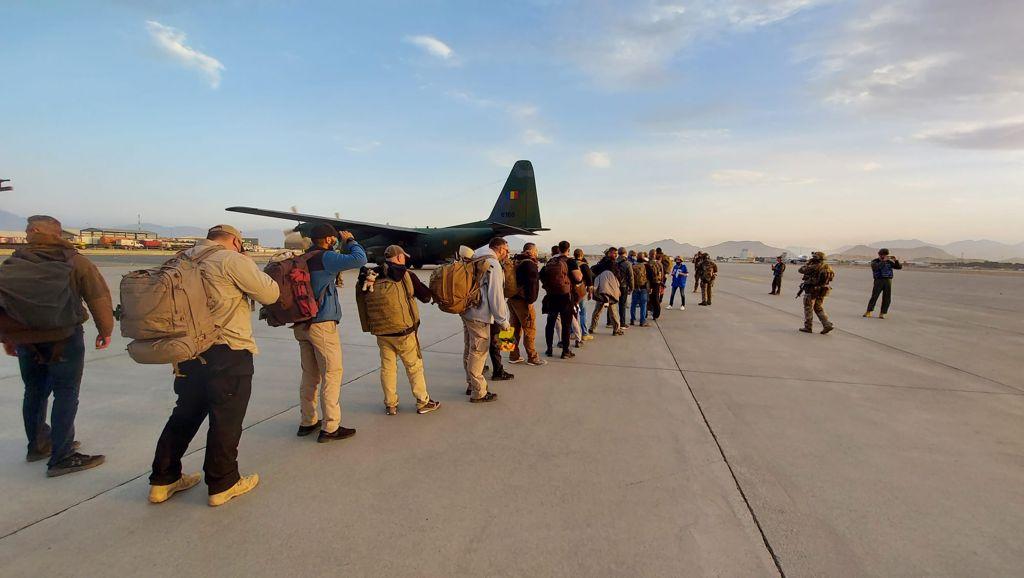 14 români au plecat de pe aeroportul din Kabul. Unii au ales să rămână în Afganistan