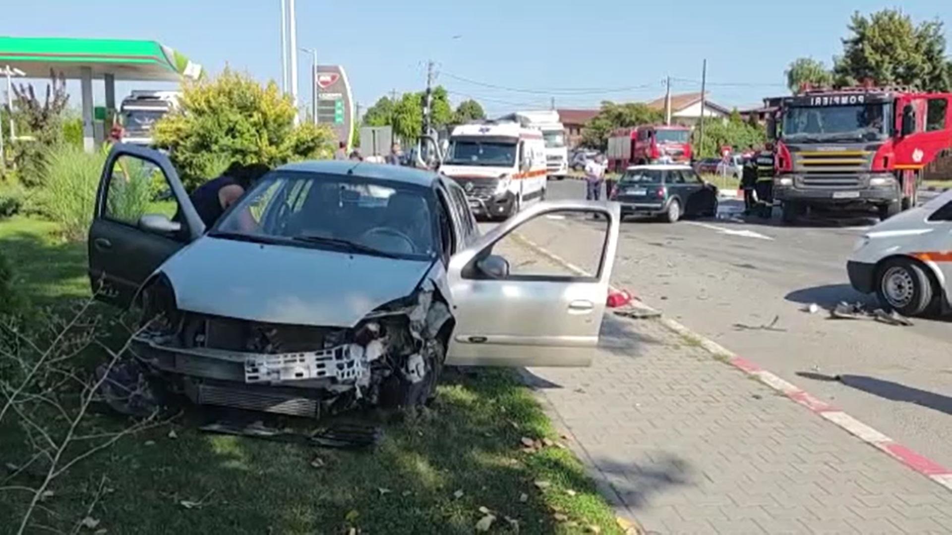 Accidente în lanț în Târgoviște. Două autoturisme s-au izbit frontal într-o intersecție