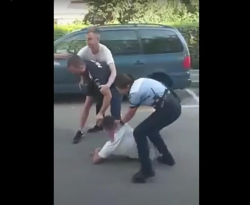 O poliţistă din Botoșani a fost lovită în timp ce încerca să încătuşeze un tânăr recalcitrant