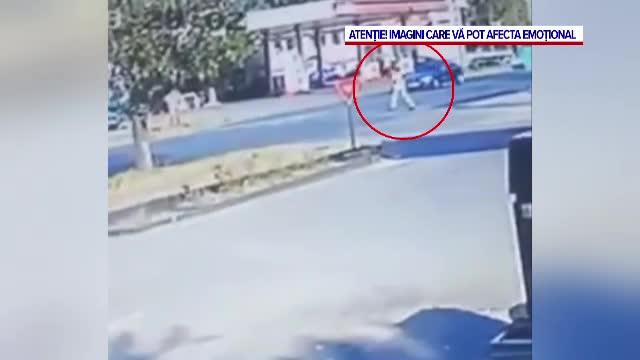 VIDEO. Imagini șocante. Un bărbat a fost spulberat de o mașină pe trecerea de pietoni