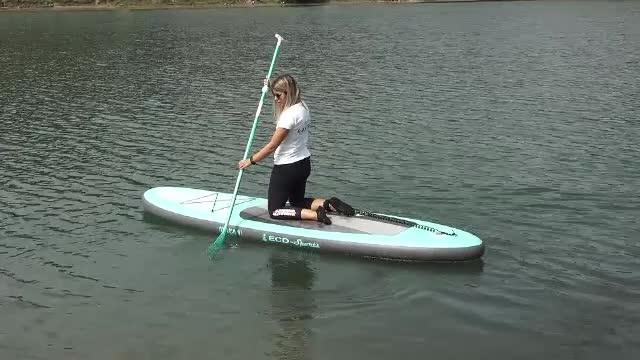 """Ce este """"Stand up paddle"""", vâslitul pe loc. Sportul care prinde tot mai mult în România"""