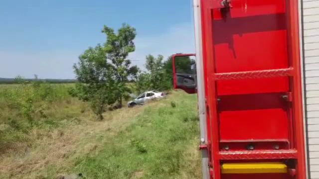 O tânără de 32 de ani a ajuns la spital, după ce a provocat un accident, iar o mașină a ajuns în șanț