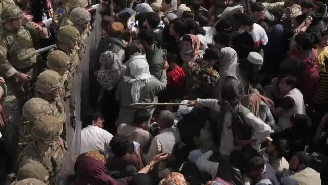 """Situație disperată în Afganistan. Unii oameni sunt """"pur și simplu striviți"""" în nebunia de la aeroport"""