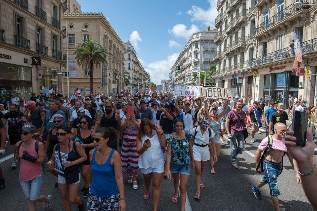 Zeci de mii de oameni au protestat, iar, în Franța, față de măsurile antiCovid. Conflicte între protestatari VIDEO și FOTO