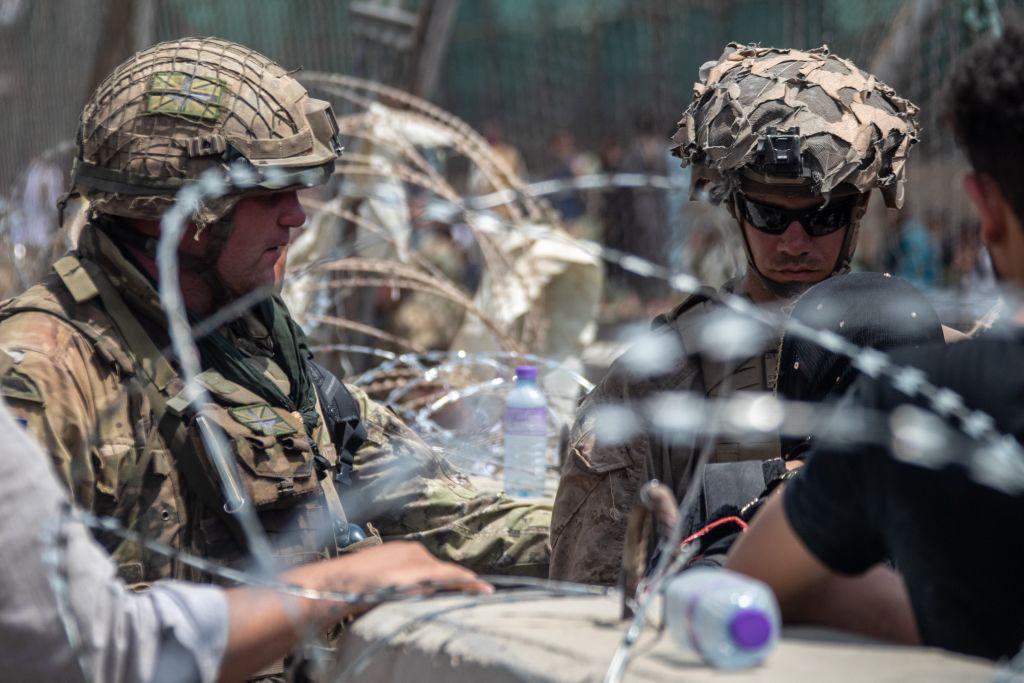 Povestea din spatele unei imagini. Ce spune soldatul care a acaparat prima pagină a ziarelor cu o fotografie din Kabul