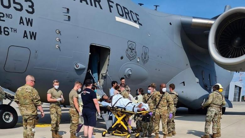 O femeie afgană a născut la bordul aeronavei SUA care o evacua din Afganistan
