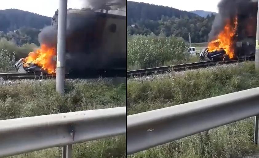 Un tren a lovit o mașină, în Miercurea Ciuc. Doi oameni au murit, iar locomotiva a luat foc