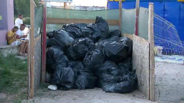 Cantități uriașe de deșeuri lăsate de turiști la mare. Garda de mediu a sancționat zeci de operatori economici