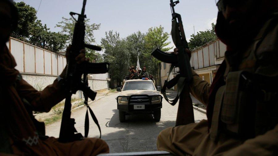 Mai mulți tineri afgani din Kabul relatează că au fost biciuiți de talibani fiindcă au purtat blugi