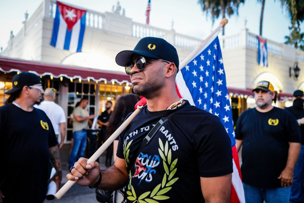Liderul grupării extremise Proud Boys, condamnat la 5 luni de închisoare, după ce a ars un banner Black Lives Matters