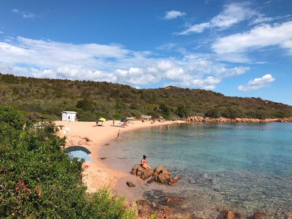Zeci de kilograme de nisip de pe plajele din Sardinia sunt furate și vândute pe internet