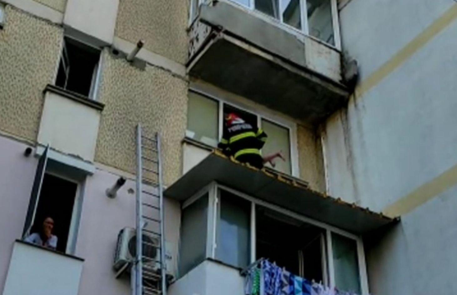 Bătrâna salvată de pe geam de un pompier nu i-a dat voie militarului să intre în casă, să nu mai coboare cu scara