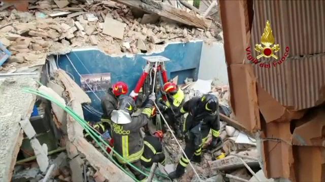 MAE: Trei cetăţeni români locuiau în imobilul care s-a prăbuşit la Torino. Unul dintre ei este în stare gravă