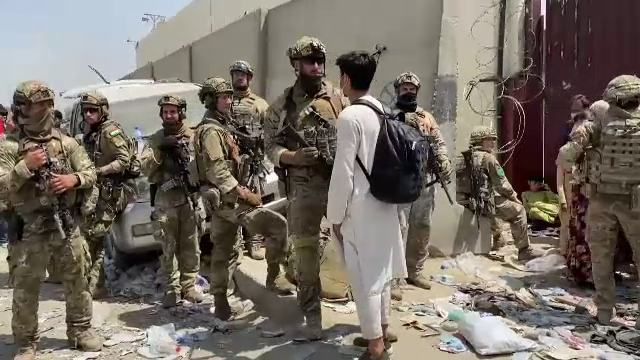 """Mii de afgani așteaptă să fie evacuați: """"Dacă n-o facem, ne va bântui mult timp"""". Cum a decurs operațiunea batistei roșii"""