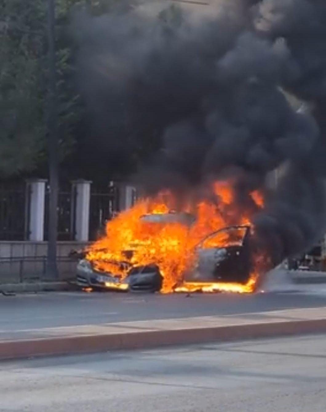 O mașină a luat foc în mers pe Calea Văcărești, în apropiere de stația de metrou Timpuri Noi. Nu au fost victime