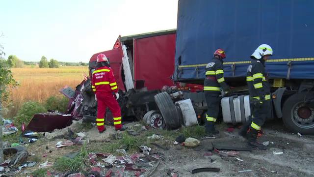 Accident grav în Dâmbovița. Două TIR-uri și o mașină s-au ciocnit violent