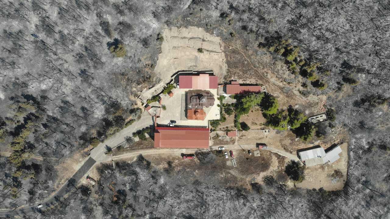 A ars totul în jurul mănăstirii Sf. Ilie din Grecia, dar pompierii au salvat-o. Imagini din dronă
