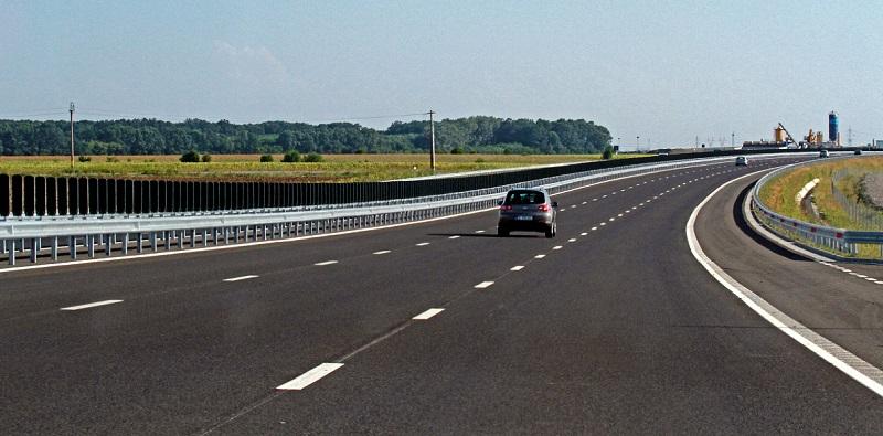Doi șoferi au fost depistați în timp ce circulau cu viteze amețitoare pe un segment de autostradă din județul Brașov