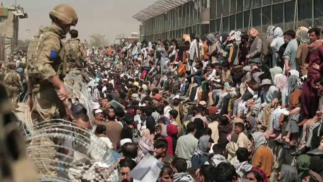 Exodul de pe aeroportul din Kabul, departe de a lua sfârșit. 10.000 de afgani speră să scape definitiv de talibani