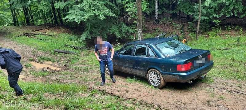 Patru turiști maghiari, blocați în noroi pe un drum forestier. Salvarea lor a durat cinci ore