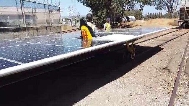 Cum arată prima locomotivă formată din panouri solare, inventată de doi americani