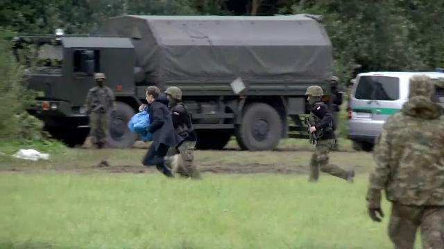 Un parlamentar a fugit de grăniceri de trei ori, încercând să ducă alimente migranților de la granița Poloniei cu Belarus