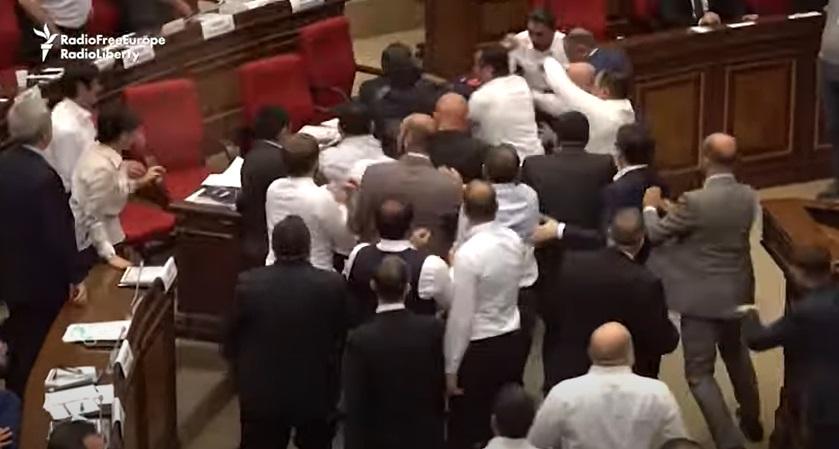 Parlamentarii armeni s-au luat la bătaie. Forțele de securitate abia au reușit să îi potolească. VIDEO