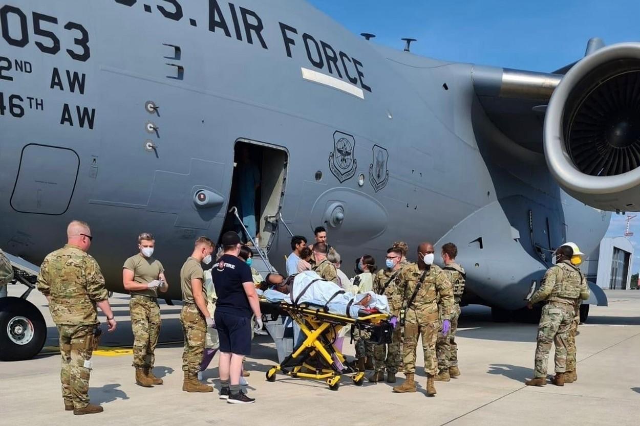 Un bebeluș afgan s-a născut la bordul unui avion american de evacuare. Numele surprinzător pe care l-a primit