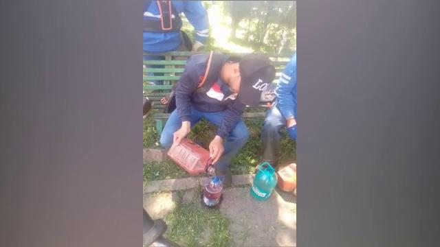 Muncitor din Galați, surprins în timp ce îl învăța pe un coleg nepalez cum să fure de la serviciu