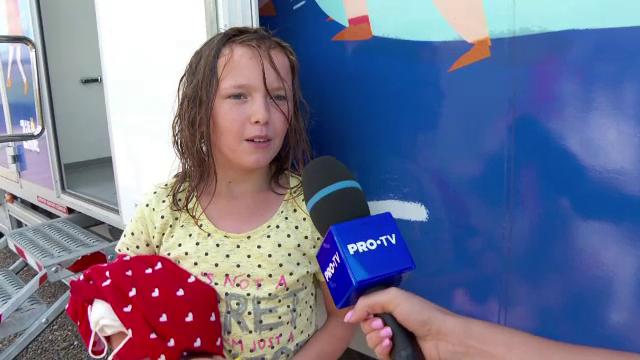 """Cum au reacționat zeci de copii când au văzut un duș pentru prima dată: """"Mai întâi ne udăm, apoi ne spălăm pe cap și corp"""""""
